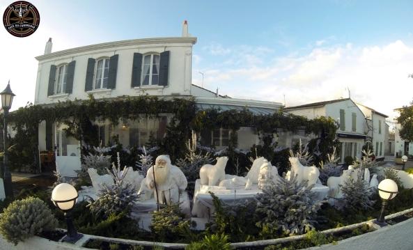 Les décorations de Noël au Café du Commerce à l' Ile de Ré